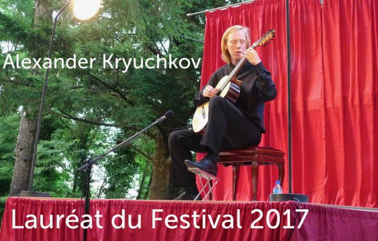Alexander Kryuchkov joue de la guitare