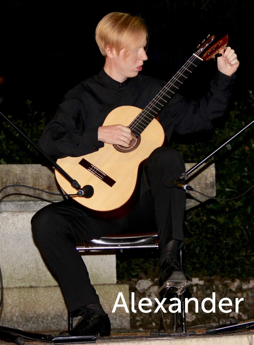 Alexander joue de la guitare
