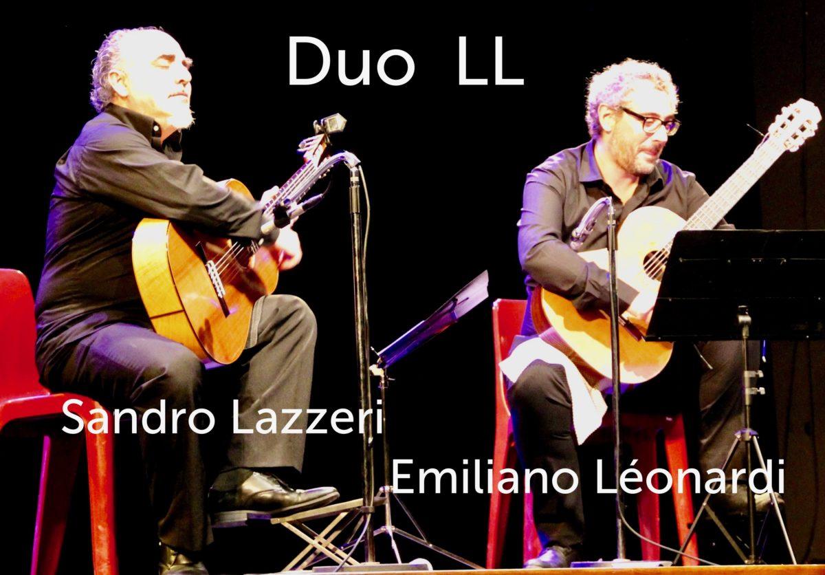 Duo LL jouent de la guitare