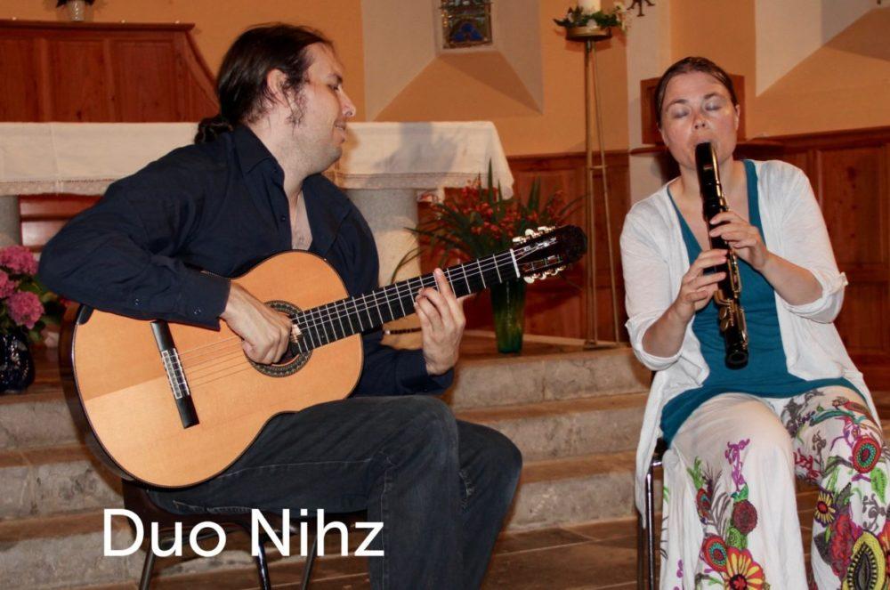 Duo Nihz jouent de la guitare