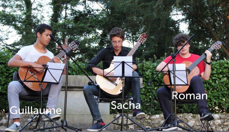 Guillaume, Sacha & Roman jouent de la guitare