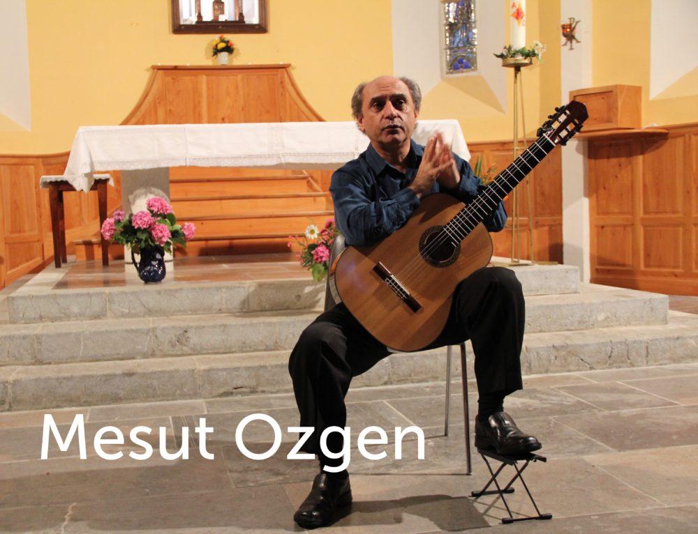 Mesut Ozgen joue de la guitare