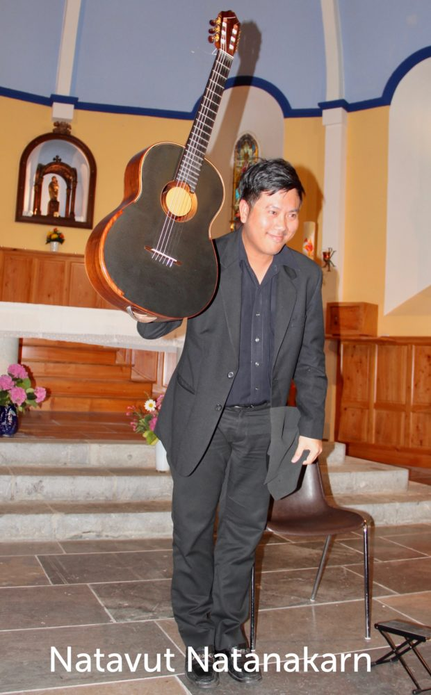 Natavut Ratanakarn présente sa guitare