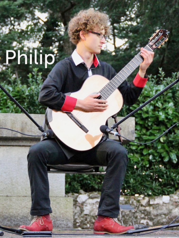 Philip joue de la guitare