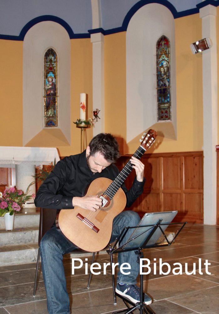Pierre Bibault joue de la guitare