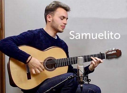 Samuelito joue de la guitare