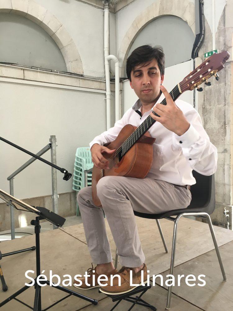 Sébastien Llinares joue de la guitare