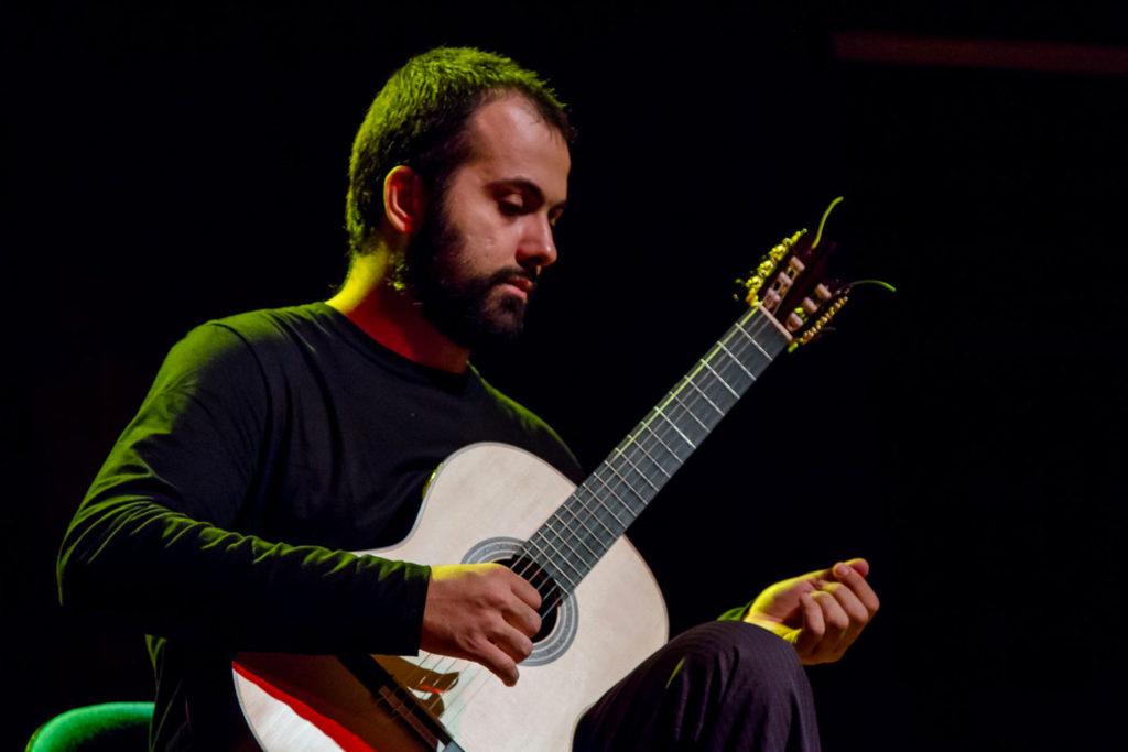 Cristiano Braga joue de la guitare
