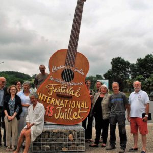 Guitare de 4m50 de haut posée en presence d'artistes, realisateurs et organisateurs du Festival Internation de Guitare en Béarn