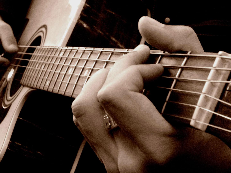 Homme jouant de la guitare classique
