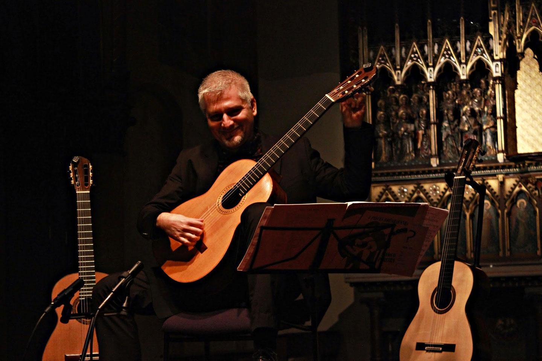 Johan Fostier joue de la guitare